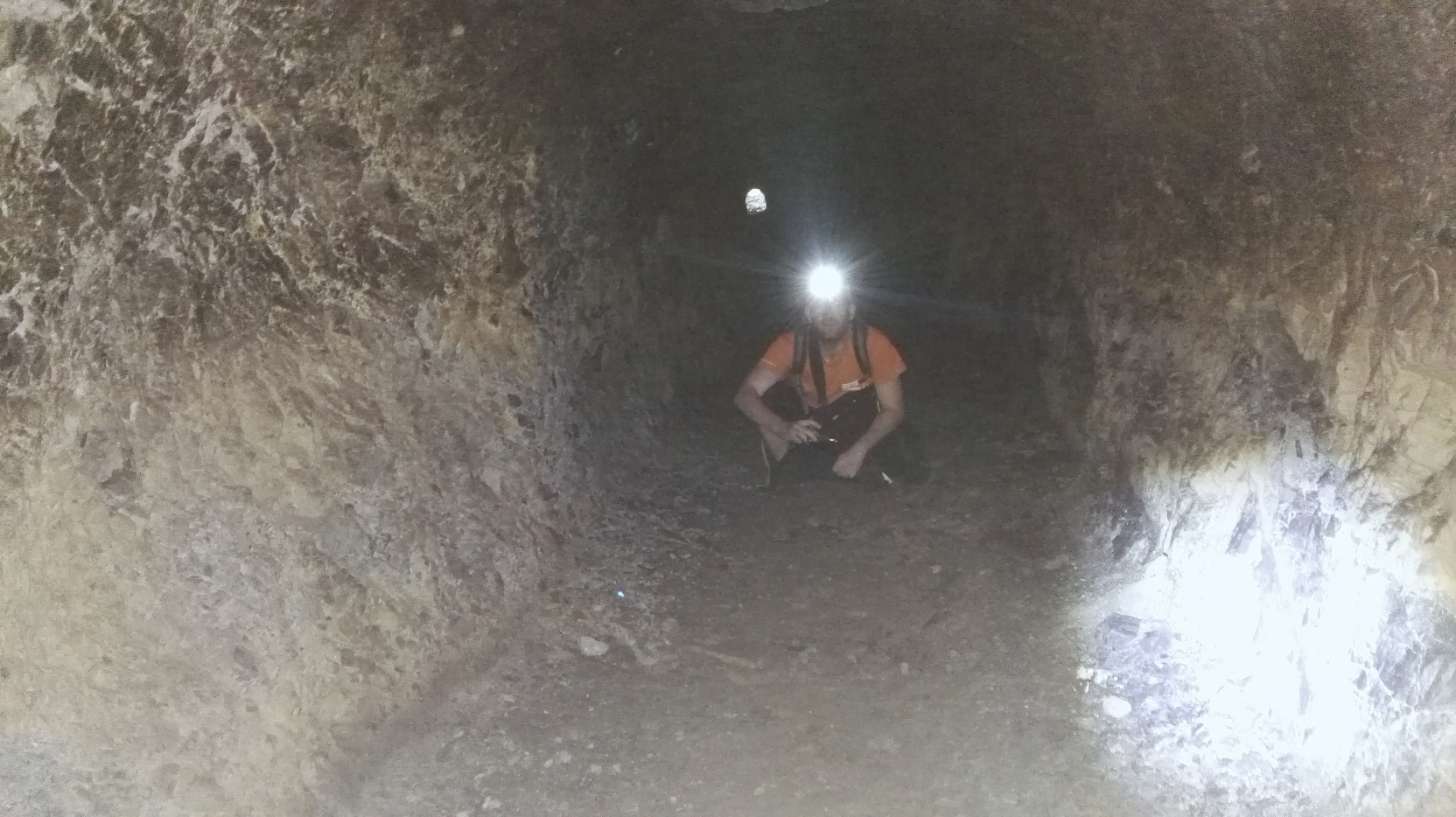 Ľubo žiari a za ním vchod do podzemia