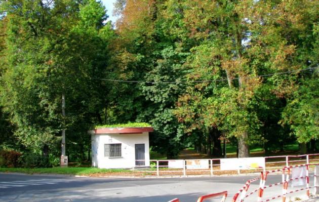 Križovatka - vstup do parku od Strieborného námestia. Vľavo odbočka na Hušták, vpravo na Podlavice. V popredí bývalý kiosk - bufet