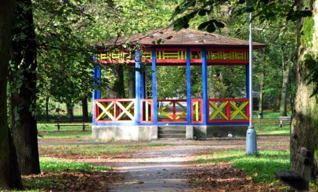 altánok v strede parku