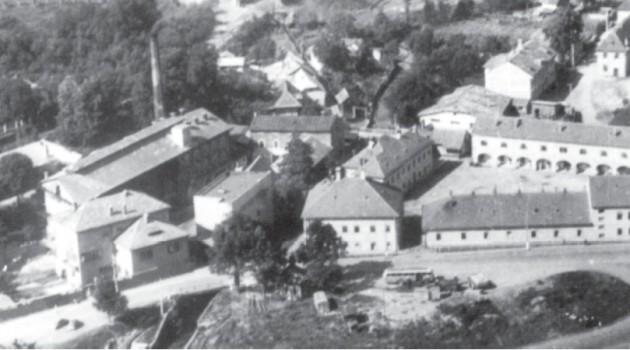 Vľavo Modrotlač, vpravo kasárne. Foto z rokov 1953-1956.